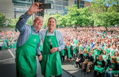 """Cựu CEO Starbucks: """"Không chỉ khách hàng, nhân viên cũng là thượng đế"""""""