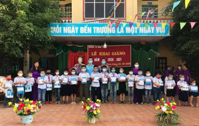 Công ty Sữa Natrumax: tặng quà năm học mới học sinh có hoàn cảnh khó khăn Tiểu học Bình Lãng