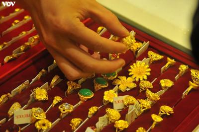 Giá vàng giảm nhanh, lùi sát về mốc 56 triệu đồng/lượng