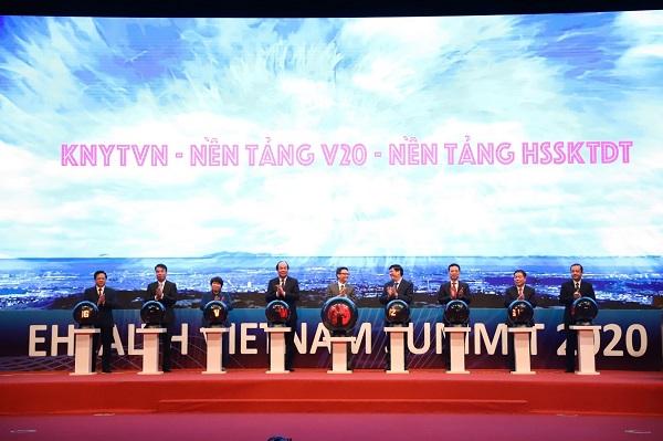 Các đại biểu tham dự Hội nghị Chuyển đổi số ngành y tế sáng ngày 30/12 bấm nút khai trương Mạng kết nối y tế Việt Nam - Nền tảng y tế cơ sở V20 và Nền tảng Hồ sơ sức khoẻ điện tử