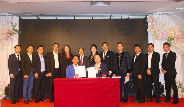 Ban lãnh đạo Natrumax chứng kiến Lễ ký hợp đồng hợp tác kinh doanh giữa CT HĐTV với các Nhà phân phối cấp tỉnh