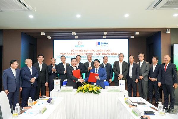 ng Hồ Minh Hoàng - Chủ tịch HĐQT Tập đoàn Đèo Cả và ông Nguyễn Đình Trung - Chủ tịch Tập đoàn Hưng Thịnh thực hiện nghi thức ký kết hợp tác trước sự chứng kiến của đại diện hai Tập đoàn