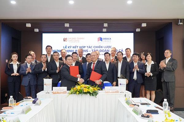 Ông Nguyễn Tấn Đông -  Tổng Giám đốc Tập đoàn Đèo Cả và ông Trần Tiến Thanh - Tổng Giám đốc Hưng Thịnh Incons thực hiện nghi thức ký kết hợp tác trước sự chứng kiến của đại diện các bên