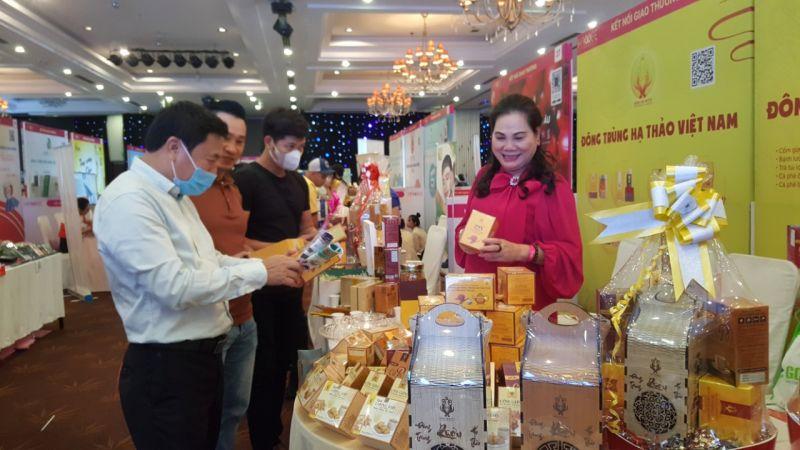Bà Phạm Thị Hồng Vân – CT.HĐQT Hoàng Linh Biotech đang giới thiệu sản phẩm
