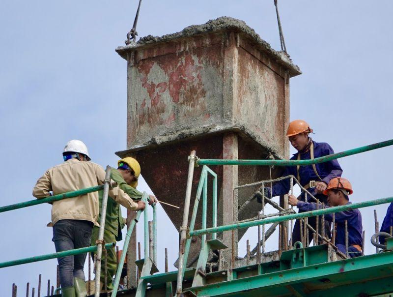 Công nhân gấp rút thi công để hoàn thành dự án (Ảnh: Đình Tuyển)