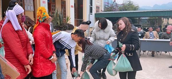 Doanh nhân Thơ Bùi (bên phải ngoài cùng) trao quà tới tận tay các hộ nghèo
