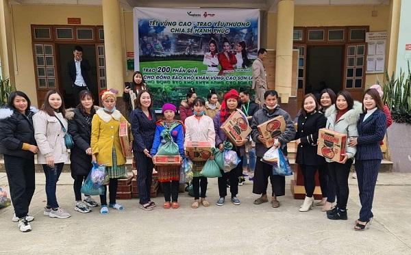 Doanh nhân, đại sứ Golf Thơ Bùi trao tặng 200 xuất quà từ thiện