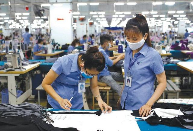 """Vòng xoáy COVID-19 làm 70% người lao động Việt Nam """"khó thở"""""""