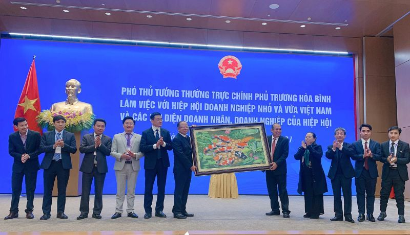 Phó Thủ tướng Thường trực Chính phủ Trương Hòa Bình tặng quà lưu niệm cho Hiệp hội Doanh nghiệp nhỏ và vừa Việt Nam