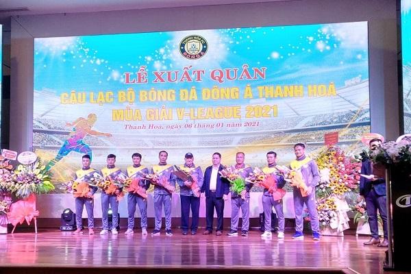 Đồng chí Phạm Nguyên Hồng, Tỉnh ủy viên, Giám đốc Sở Văn hóa, Thể thao và Du lịch, Chủ tịch Liên đoàn Bóng đá Thanh Hóa tặng hoa ban huấn luyện CLB Đông Á Thanh Hóa
