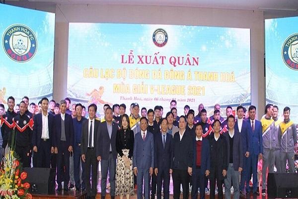 Đồng chí Đầu Thanh Tùng, Tỉnh ủy viên, Phó Chủ tịch UBND tỉnh; lãnh đạo Công ty CP Bóng đá chuyên nghiệp Việt Nam (VPF) và tập thể CLB bóng đá Đông Á Thanh Hoá tại lễ xuất quân.