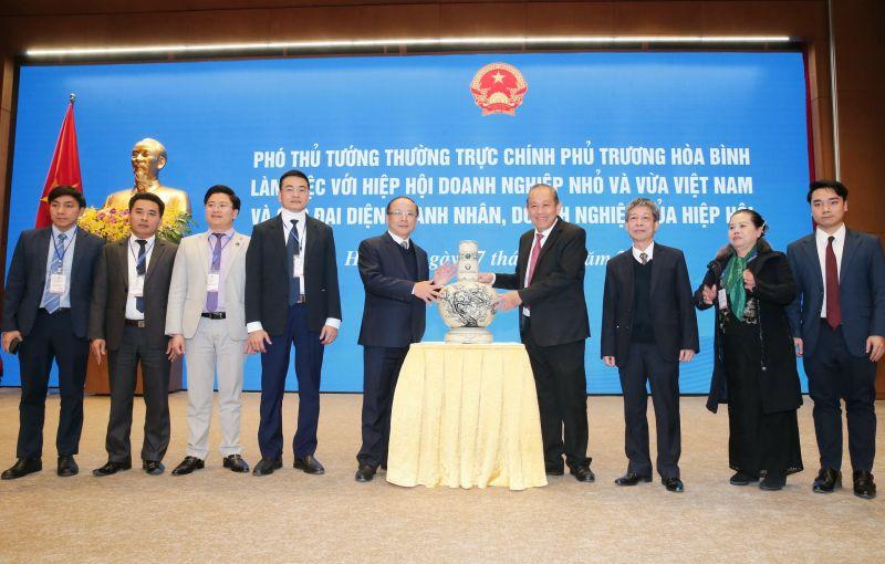 Phó Thủ tướng Thường trực Chính phủ Trương Hòa Bình tặng quà lưu niệm cho Hiệp hội Doanh nghiệp nhỏ và vừa Việt Nam. Ảnh: Doãn Tấn