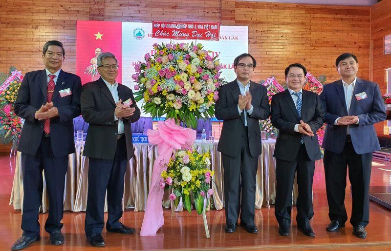 Tiến sĩ Tô Hoài Nam tặng hoa chúc mừng đại hội.
