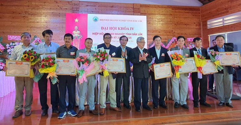 Tiến sĩ Tô Hoài Nam trao bằng khen của Hiệp hội Doanh nghiệp nhỏ và vừa Việt Nam cho 10 tập thể đã có thành tích xuất sắc trong hoạt động xây dựng và phát triển Hiệp hội.