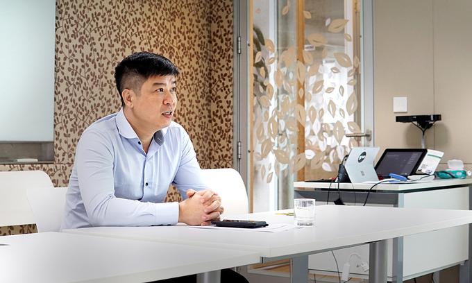Ông Phạm Thế Trường, Tổng Giám đốc Microsoft Việt Nam chia sẻ về việc ứng dụng giải pháp của Microsoft trong học trực tuyến tại Việt Nam. Ảnh: Lưu Quý