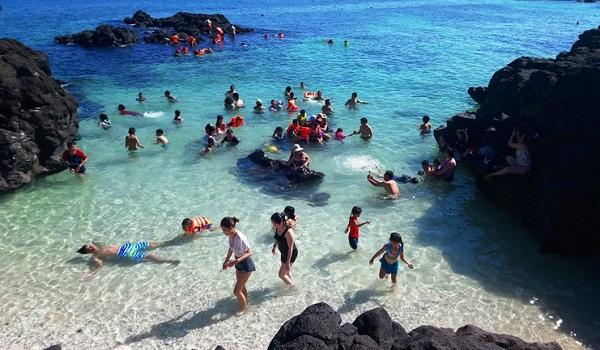 Du khách tắm biển và thưởng ngoạn vẻ đẹp hấp dẫn tại đảo Lý Sơn