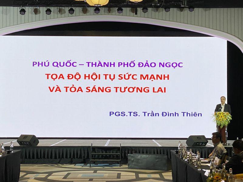PGS.TS Trần Đình Thiên trình bày bài tham luận