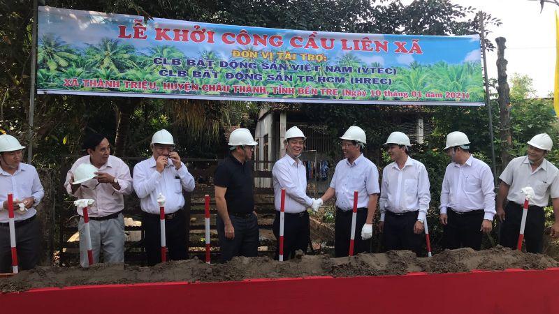 Cái bắt tay thể hiện sự hợp tác và trân trọng giữa Bí thư Tỉnh ủy Phan Văn Mãi và ông Nguyễn Quốc Bảo - Chủ tịch VREC kiêm Chủ tịch HREC (bên trái)