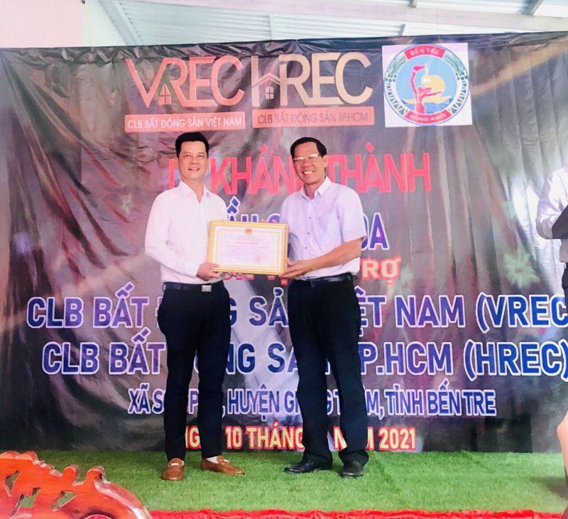 Bí thư Tỉnh ủy Bến Tre Phan Văn Mãi tặng Bằng khen của Chủ tịch UBND tỉnh Bến Tre đến Tập thể CLB Bất động sản Việt Nam (VREC) và CLB Bất động sản TP.HCM (HREC)