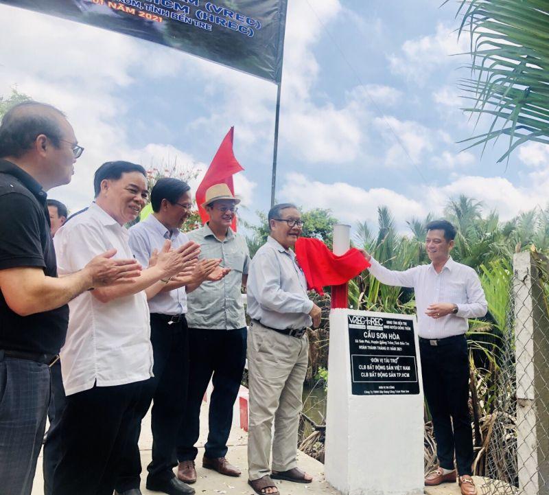 ông Trịnh Văn Y - Anh hùng lao động thời kỳ đổi mới (bên trái) cùng ông Nguyễn Quốc Bảo - Chủ tịch VREC và HREC thực hiện nghi thức