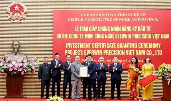 Nghệ An trao Giấy chứng nhận đăng ký đầu tư cho doanh nghiệp thực hiện dự án 200 triệu USD