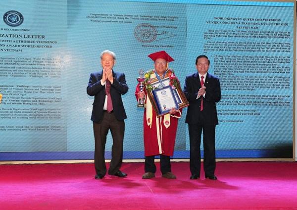 Anh hùng Lao động, Nhà khoa học Hoàng Đức Thảo - Chủ tịch HĐQT, Tổng giám đốc Công ty cổ phần Khoa học công nghệ Việt Nam xác lập kỷ lục thế giới.