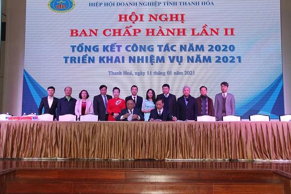 Cũng trong chiều 11/1, đã diễn ra lễ ký kết giữa Hiệp hội Doanh nghiệp với Bệnh viện Đa khoa tỉnh Thanh Hóa về công tác khám chữa bệnh cho các thành viên BCH Hiệp hội