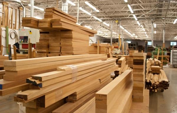 Cần sớm có quy hoạch phát triển nguồn nguyên liệu ổn định trong nước, tăng cường trồng rừng nguyên liệu gỗ lớn để đáp ứng nhu cầu nguyên liệu ngày càng cao của ngành gỗ