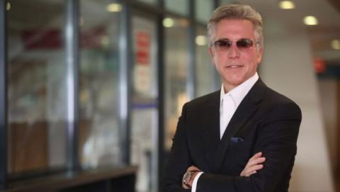Bài học kinh doanh từ hành trình của cậu bé bán báo trở thành CEO tập đoàn tỷ đô