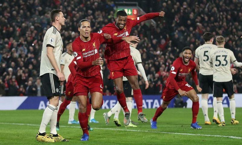 Virgil van Dijk (thứ hai từ trái sang) mở tỷ số trong trận gần nhất Liverpool gặp Man Utd ngày 19/1/2020. Ảnh: Reuters