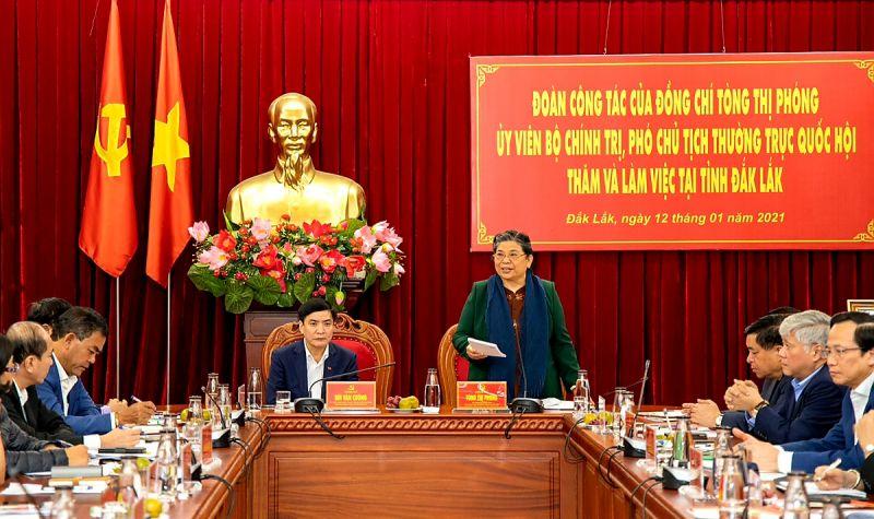 Đồng chí Tòng Thị Phóng phát biểu ý kiến tại buổi làm việc.