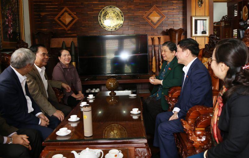 Đồng chí Thị Phóng cùng Đoàn công tác đến thăm gia đình đồng chí Mai Văn Năm (nguyên Bí thư Tỉnh ủy Đắk Lắk, nguyên Phó Trưởng ban Thường trực Ban Chỉ đạo Tây Nguyên).