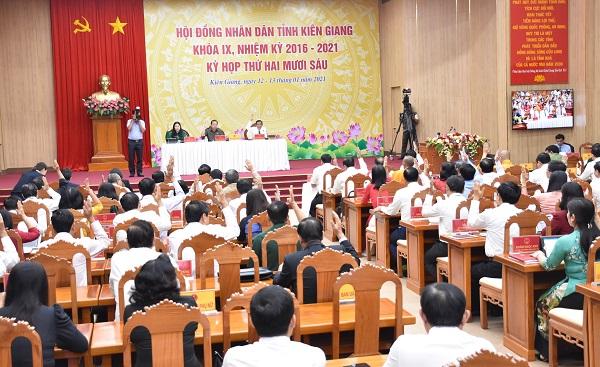 Các đại biểu biểu quyết thông qua chương trình làm việc kỳ họp 26, HĐND tỉnh khoá IX