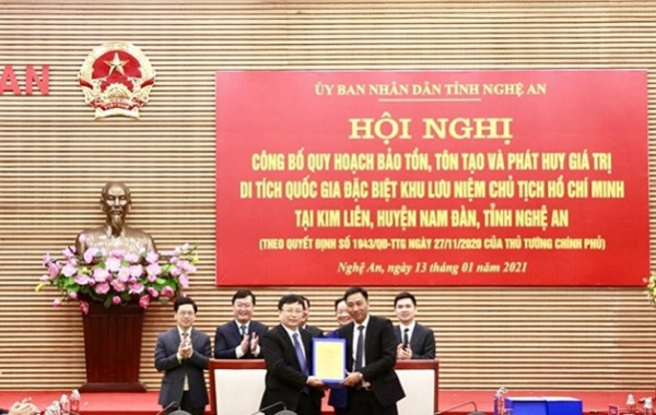 Ông Nguyễn Anh Tuấn - Phó Tổng Giám đốc Tập đoàn T&T Group (bên phải) bàn giao hồ sơ quy hoạch cho ông Bùi Đình Long - Phó Chủ tịch UBND tỉnh Nghệ An