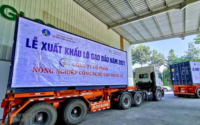 Xe chở lô hàng gạo xuất khẩu đầu năm 2021