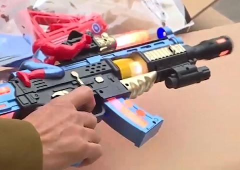 Bắt giữ lô hàng súng đồ chơi trị giá khoảng 200 triệu đồng