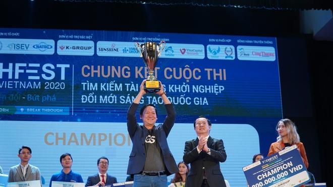 Đại diện GoStream nhận giải quán quân Techfest 2020 từ Bộ trưởng Khoa học Công nghệ Huỳnh Thành Đạt
