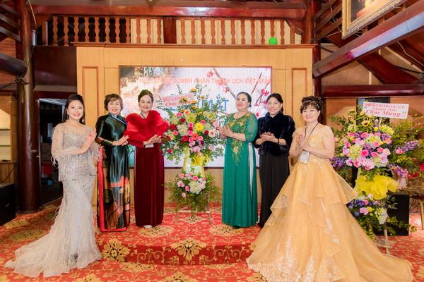 Doanh nhân Lê Thị Quyên cùng các đại biểu tham dự Lễ ra mắt Hội quý bà doanh nhân thanh lịch Việt Nam tỉnh Quảng Ninh