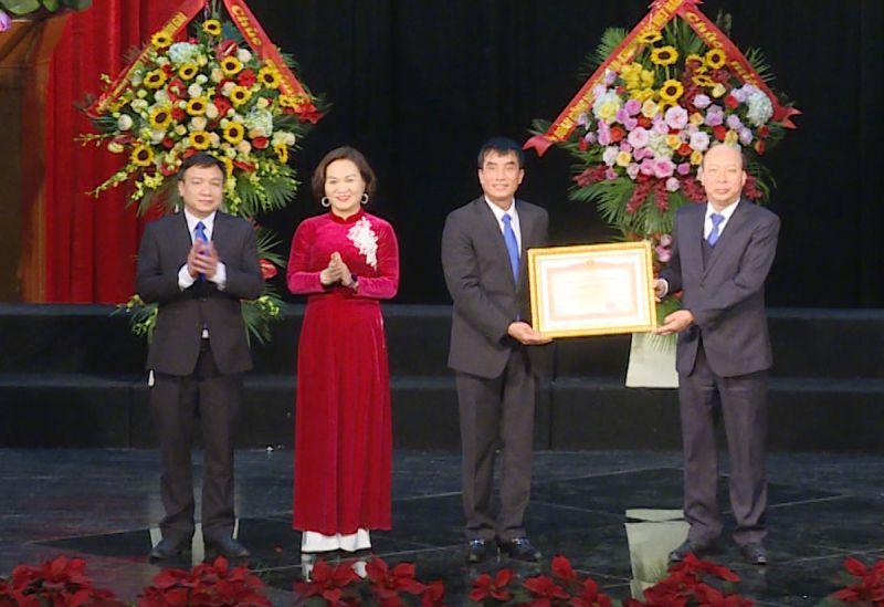 Công đoàn Công ty Than Hòn Gai - TKV nhận bằng khen của Thủ tướng Chính phủ.