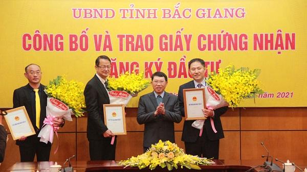 Chủ tịch UBND tỉnh Lê Ánh Dương trao giấy chứng nhận đăng ký đầu tư và tặng hoa chúc mừng các tập đoàn, doanh nghiệp