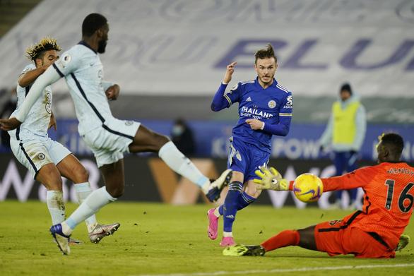 Pha dứt điểm nâng tỉ số lên 2-0 cho Leicester của James Maddison - Ảnh: REUTERS