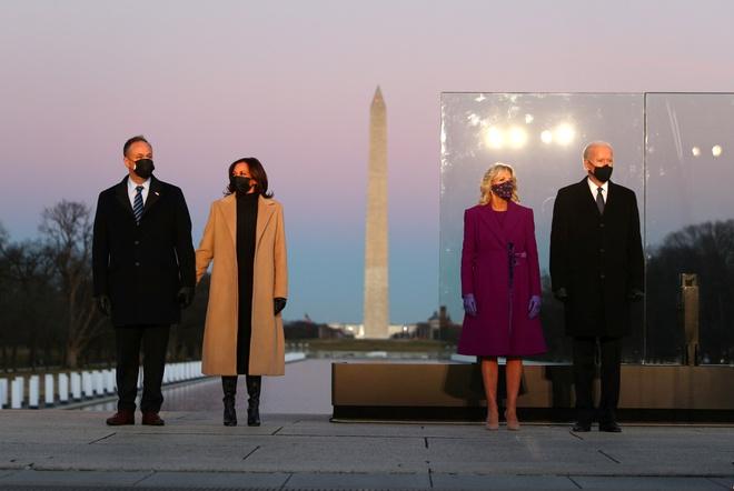 Vợ chồng ông Biden cùng gia đình bà Harris dự buổi tưởng niệm của hơn 400.000 nạn nhân Covid-19 tại công viên National Mall