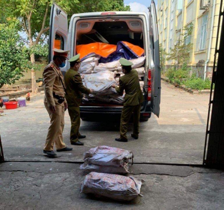 Quảng Ninh: CSGT phát hiện xe khách chở gần 700kg mực xà bị mốc và bốc mùi