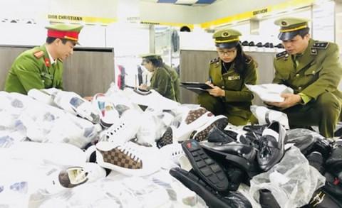 """Lộ diện hàng hiệu dởm trong chuỗi cửa hàng """"AE Shop Việt Nam"""""""