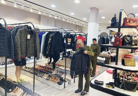 Phát hiện cửa hàng thời trang hàng hiệu nghi nhập lậu 1,5 tỷ đồng