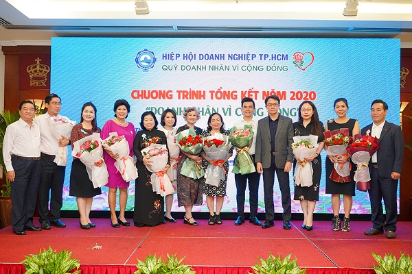 Bà Phạm Thị Trang chụp hình lưu niệm cùng các Doanh nghiệp, Doanh nhân tại sự kiện