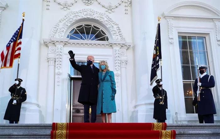 Tân Tổng thống Mỹ Joe Biden và đệ nhất phu nhân Jill Biden đặt chân tơi Nhà Trắng sau lễ nhậm chức của ông Biden ngày 20/1 - Ảnh: Reuters.