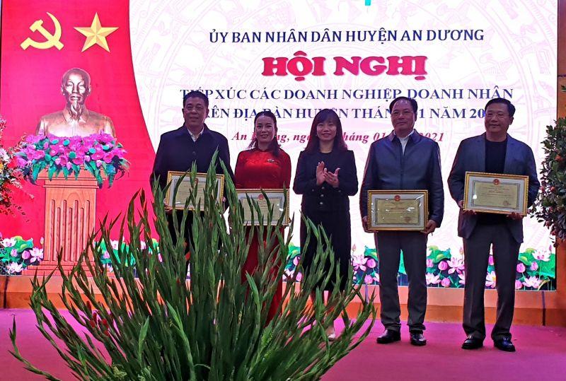 Đồng chí Trần Thị Quỳnh Trang - Bí thư Huyện ủy trao Bằng khen của UBND thành phố cho 4 doanh nghiệp trên địa bàn huyện