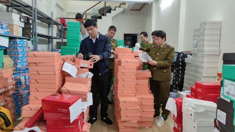 Hơn 2.000 đôi giày dép nhập lậu chuẩn bị được đưa ra thị trường tiêu thụ
