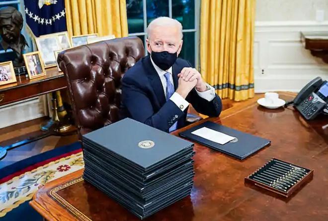Tổng thống Joe Biden đã ký một loạt sắc lệnh trong giờ đầu tiên ở Nhà Trắng. Ảnh: Washington Post.